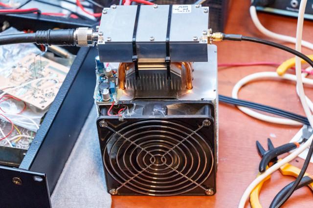 (jan. 2015) Testen van de nieuwe 23cm PE1RKI eindtrap. Het uitgangsvermogen is maximaal 50dBm (100 Watt).