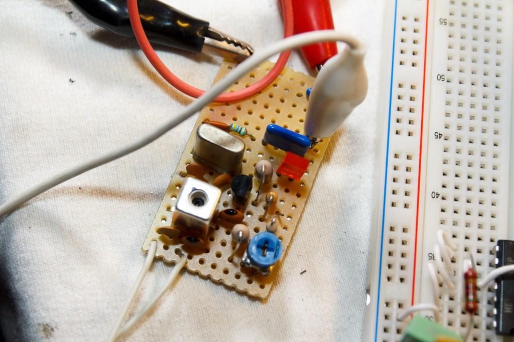 Mini 2m zendertje AM op ca. 144.166MHz, bestaande uit één transistor