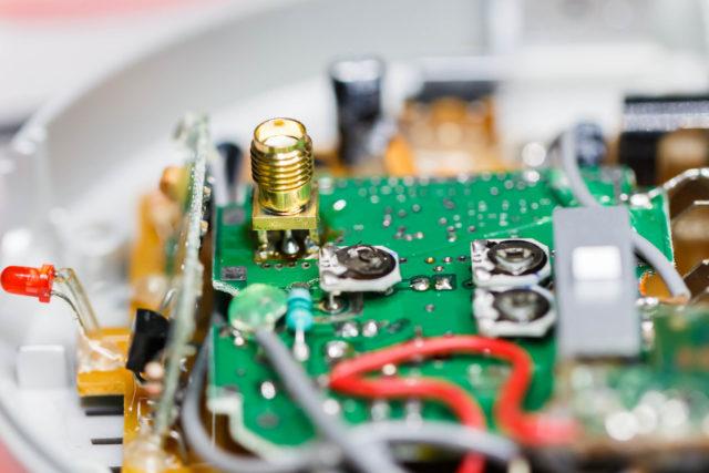 Ik heb een SMA connector gesoldeerd op de PCB, waar voorheen de coax kabel gesoldeerd was.