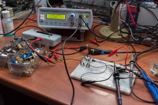 Schakeling om compoort signaaltje hoog te maken als squelch open gaat. Hier RFI filter aan het testen aan uitgang.