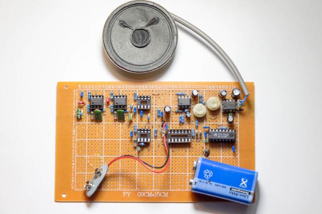 Enkele onderdelen zijn al binnengekomen. Ik kon de eerste NE5534 versterkers testen met een signaalgenerator en die werkten perfect! Ook de LM386 aan de uitgang doet het goed. De rest kan ik pas testen als alles binnen is.