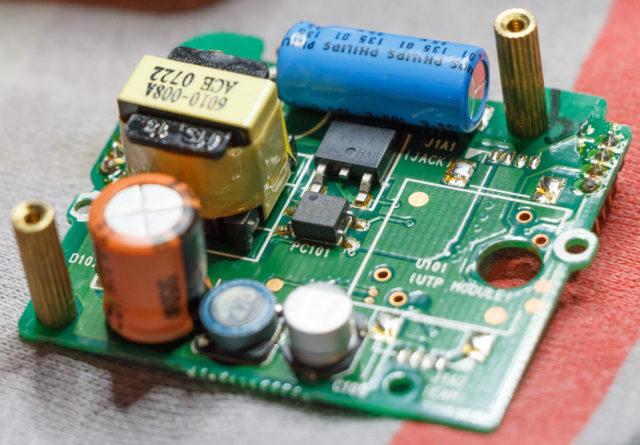 Voedings PCB van de AP808 met nieuwe elco's.