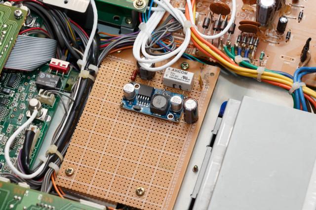 LM2596, relais en weerstandsnetwerkje (bestaande uit SMD weerstanden) zijn op een print gesoldeerd, die precies in een leeg compartiment paste binnen de ontvanger.