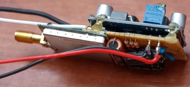 Een FPV (First Person View) zender in voorbereiding. Dit weegt samen met de accu ca. 100 gram.