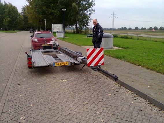 Ruud naast de aanhanger op weg naar huis. We hadden een mooie aanhanger gehuurd bij www.trailertrading.nl