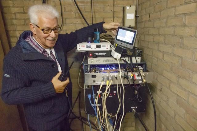 Ton PE1BQE is met Peter aan het communiceren om de tijdelijke PIP unit te testen.