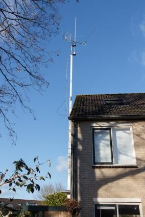 Antennemast ca 3,5m uitgeschoven. Je ziet de kabels nog wat moeilijk hangen.