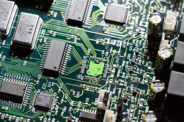 Na het optillen van de defecte chip blijft er nog tin achter. Dat heb ik later voorzichtig verwijderd met een goede kwaliteit litze en een soldeerbout op een niet al te hoge temperatuur. Het loslaten van de printspoortjes is het laatste wat je wil.