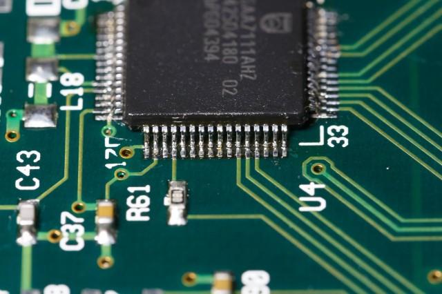 Macro foto om op kortsluitingen te controleren en om de soldeerverbindingen te beoordelen