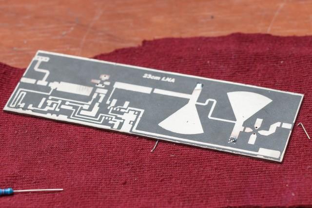 Te beginnen met het boren van wat doorverbindingen van de printplaat tussen de boven en onderzijde (massa). De draaddoorvoeren fungeren ook als spoel op deze frequentie en zijn onderdeel van de PCB filters