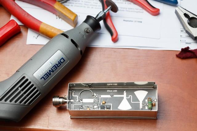 Nog voor de ESD gevoelige componenten geplaats worden, wordt de PCB nog iets bijgewerkt om goed passend te zijn in het blikje