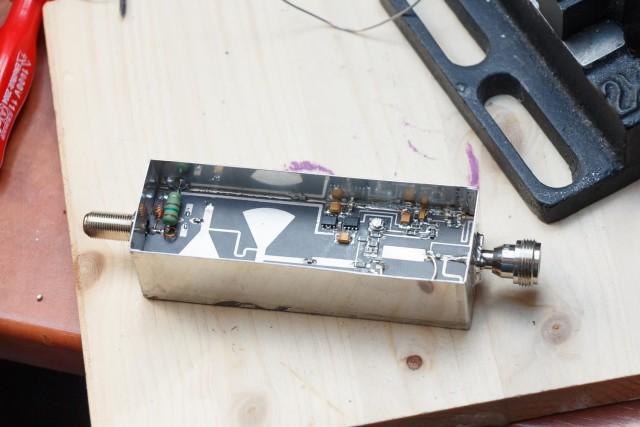 Connectoren geplaatst en PCB vastgesoldeerd. Dat vastsolderen doe je het liefst in stappen rond de hele print, om teveel thermische stress op één deel te voorkomen (kromtrekken)
